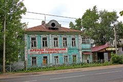 Gammalt övergett trähus i Ryssland Royaltyfri Foto