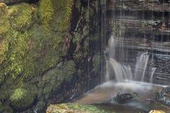 Gammalt övergett vatten maler med vattenströmmar och små vattenfall Arkivfoton