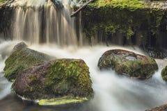 Gammalt övergett vatten maler med vattenströmmar och små vattenfall Arkivbild