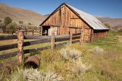 gammalt abaondoned klassiskt staket för ladugård Arkivbild