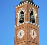 gammalt abstrakt begrepp för varanoborghi i Italien och kyrkligt torn b Royaltyfria Foton