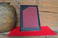 Gammalt album på rött golv med den wood väggen Royaltyfria Foton