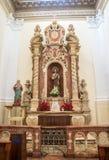 Gammalt altare inom en gammal katolsk kyrka arkivfoto