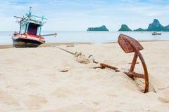 Gammalt ankare på stranden med skepp- och havsbakgrund som horizont Royaltyfria Bilder