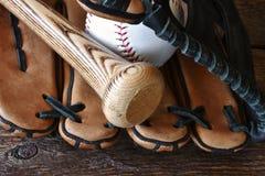 Gammalt använt slut för baseballutrustning upp Arkivbilder