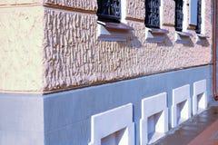 Gammalt arkitekturhus med stora Windows Glasa av fasaden royaltyfria bilder
