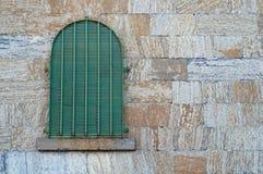 Gammalt arrestfönster, medeltida gotisk tegelstenfängelsehåla för forntida cell Arkivfoton