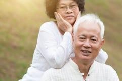 Gammalt asiatiskt le för par som är utomhus- arkivbild