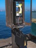 Gammalt bås för offentlig löntelefon i San Diego Arkivfoton
