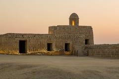 Gammalt Bahrain fort på Seef på solnedgången Arkivfoton