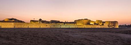 Gammalt Bahrain fort på Seef på solnedgången Arkivbilder