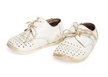 Gammalt behandla som ett barn skor som isoleras på vit bakgrund Arkivfoton