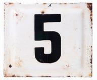 Gammalt belägga med metall emalj pläterar med numrerar fem Royaltyfri Bild