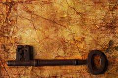 Gammalt belägga med metall nyckel- royaltyfri foto