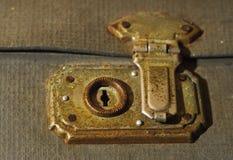 Gammal tappning låser på en hänga lös. minne av förflutnan Arkivfoto