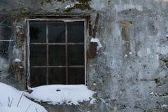 Gammalt betongvägg och fönster med metallgallret royaltyfri fotografi
