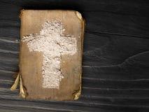 Gammalt bibel och kors av askaen Royaltyfri Fotografi