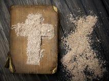 Gammalt bibel och kors av askaen - Ash Wednesday Royaltyfria Bilder