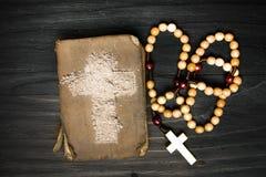 Gammalt bibel, radband och kors av askaen - symboler av Ash Wednesday Arkivbild