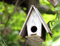 Gammalt blått fågelhus royaltyfri bild