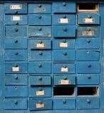 Gammalt blått träkabinett med enheter Royaltyfri Foto