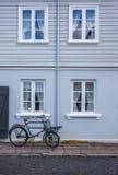 Gammalt blåtthus med fönster och en cykel Royaltyfri Bild