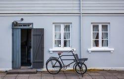 Gammalt blåtthus och en cykel Royaltyfria Bilder