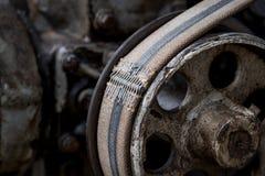 Gammalt block och bälte på en gammal traktor Arkivfoto