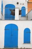 Gammalt blått dörr och fönster, Alghero, Sardinia Arkivfoto