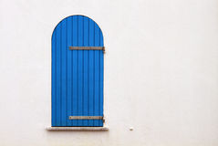 Gammalt blått fönster, Alghero, Sardinia Arkivfoto