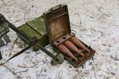 Gammalt bombarderar i en liten resväska för metall Arkivbild