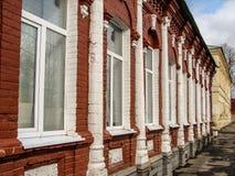 Gammalt bostads- hus av det 19th århundradet i staden Medyn (den Kaluga regionen, Ryssland) Royaltyfri Bild