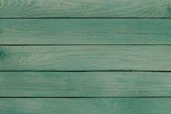 Gammalt bräde med skalning av grön målarfärg arkivbilder