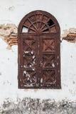 Gammalt brunt fönster arkivbilder