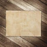 Gammalt brunt papper på träväggbakgrund för textur Royaltyfri Bild