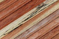 Gammalt brunt trä för yttersida Arkivfoto