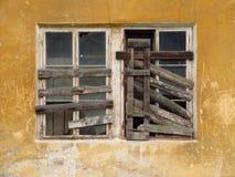 Gammalt brutet fönster Arkivbild