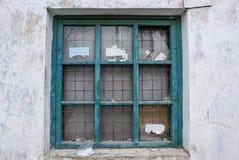 Gammalt brutet fönster med rostiga järnstänger Arkivfoton
