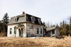 Gammalt brutet hus Arkivbild