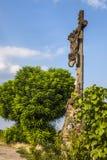 Gammalt brutet kors på vägen, Alsace, Frankrike Arkivbild
