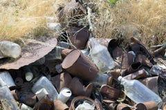 Gammalt cans, flaskor och avfall Arkivbild