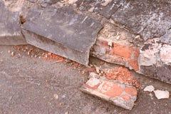 Gammalt cement Mörker - grå färg Förstörda tegelstenar Fotografering för Bildbyråer