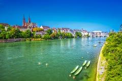 Gammalt centrum av Baseln med den Munster domkyrkan och Rhinet River, Schweiz Arkivfoton