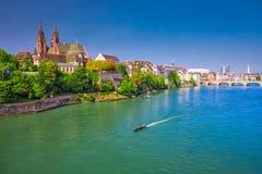 Gammalt centrum av Baseln med den Munster domkyrkan och Rhinet River, Schweiz Fotografering för Bildbyråer
