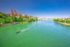 Gammalt centrum av Baseln med den Munster domkyrkan och Rhinet River, Schweiz Royaltyfri Fotografi