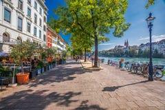 Gammalt centrum av Baseln med den Munster domkyrkan och Rhinet River, Schweiz, Europa Baseln är en stad i nordvästliga Switzerl Royaltyfria Foton