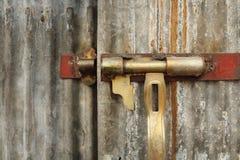 Gammalt dörrlås för Closeup på zinkdörren arkivfoton