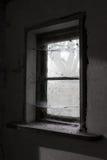 Gammalt dammigt ladugårdfönster arkivbilder