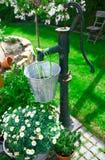 gammalt dekorativt pumpvatten för gjutjärn Arkivbild