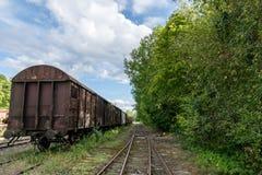 Gammalt drevuppsättninganseende på ett gammalt järnvägspår i Sverige Arkivbilder